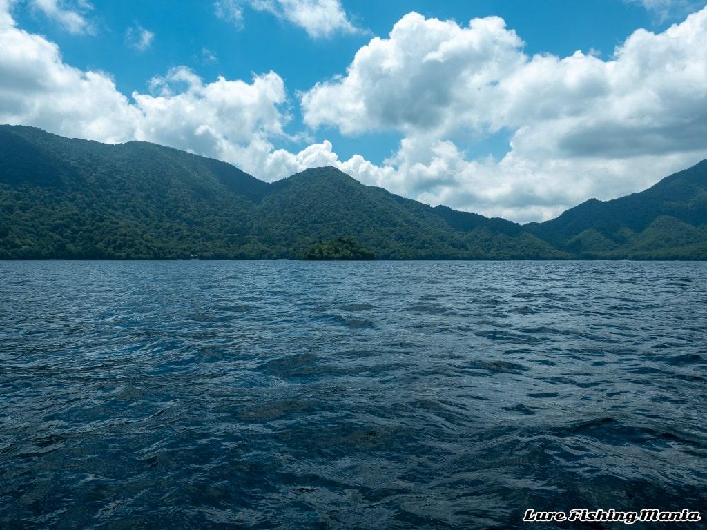 強めの東風が吹く中禅寺湖