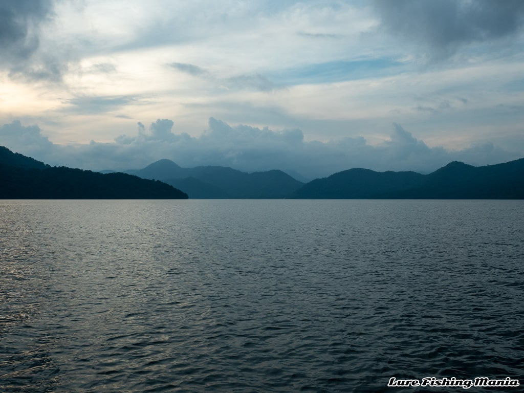 夕暮れの中禅寺湖