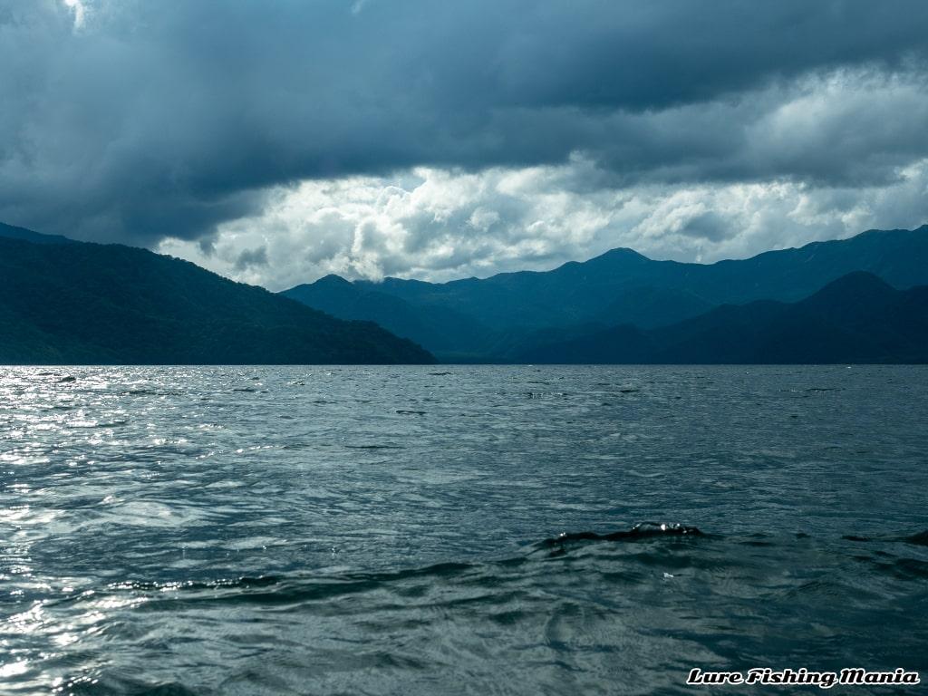 雲は出ているものの天気が持ちそうな中禅寺湖
