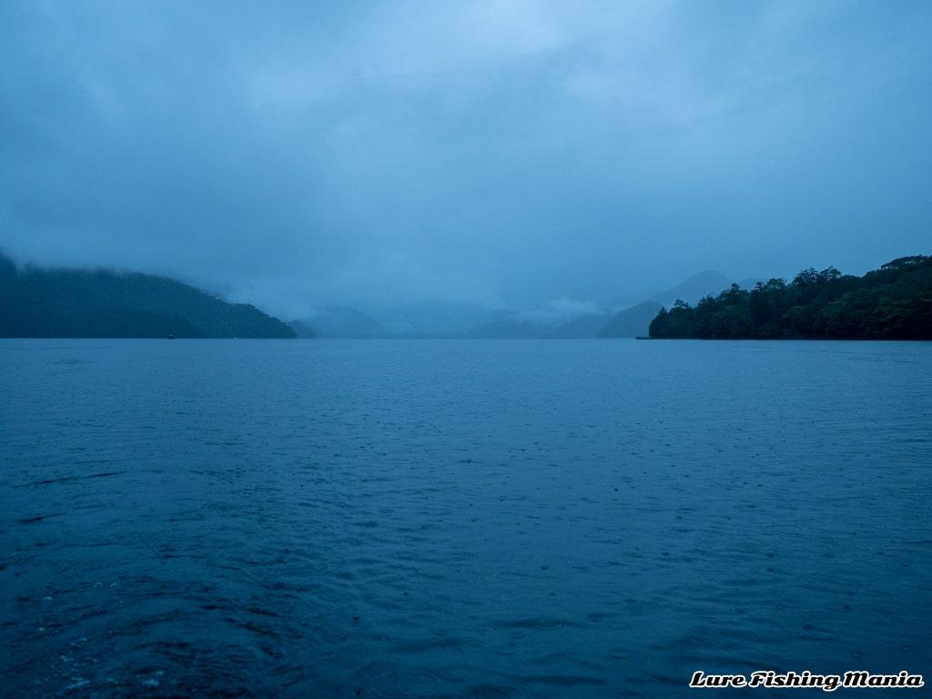 まだ薄暗い朝の中禅寺湖