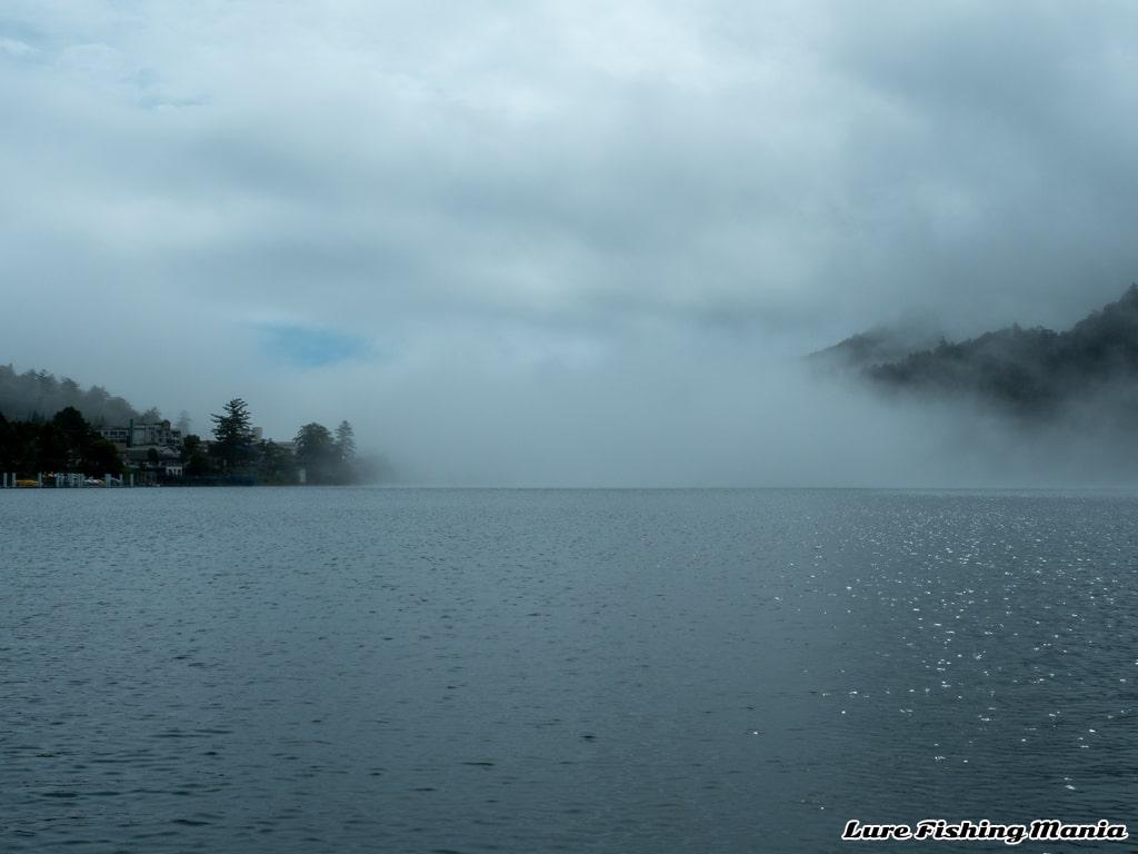 霧が流れ込む中禅寺湖