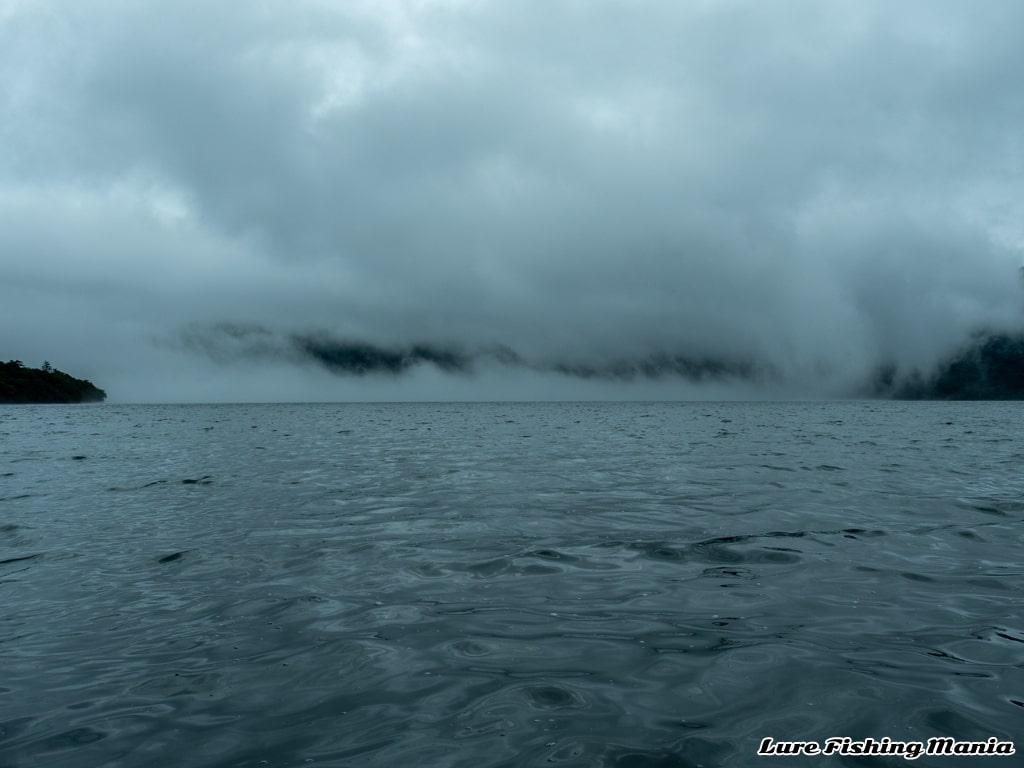 山を越えて霧が流れ込む中禅寺湖