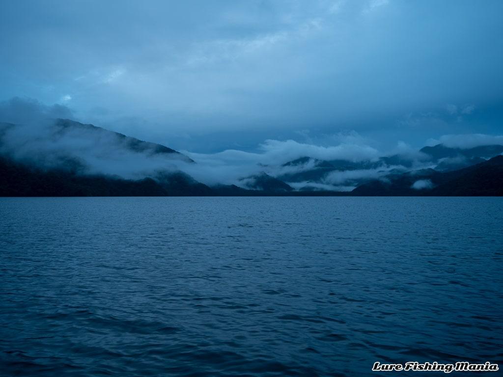 うっすらと明るくなってきた中禅寺湖