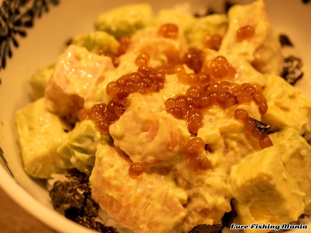 ホンマスとアボカドのゆず胡椒マヨネーズ、ホンマスのイクラを添えて